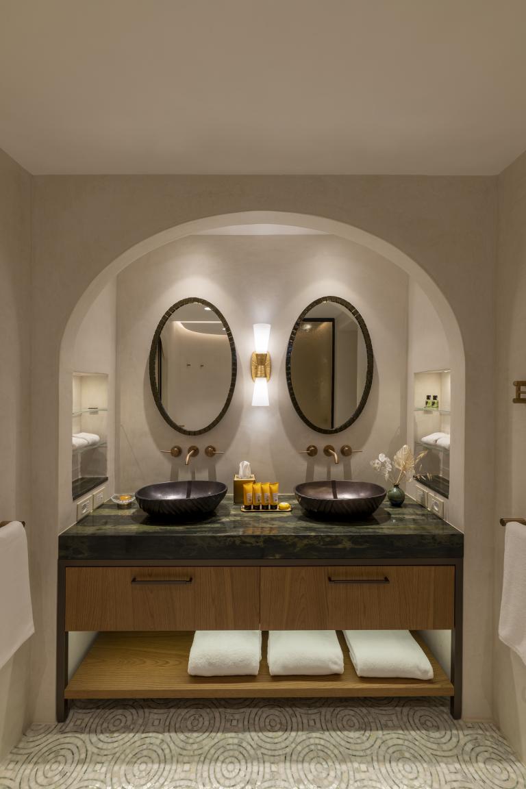 LUX_OLBLC_PENT_Harrods_Suite_Bathroom_First