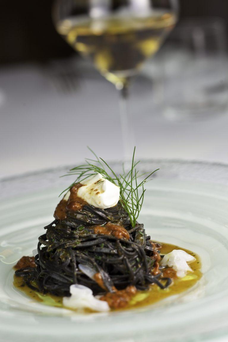 Locanda Don Serafino Relais & Châteaux spaghetti freschi al nero con ricci di mare e ricotta