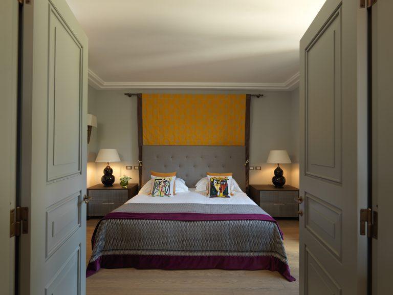 RFH Hotel de Russie - Picasso Suite - Bedroom from doorway (doors visible)