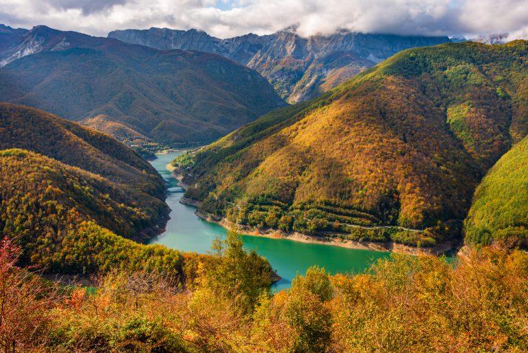 Via Vandelli - Lake Vagli and mountain peaks