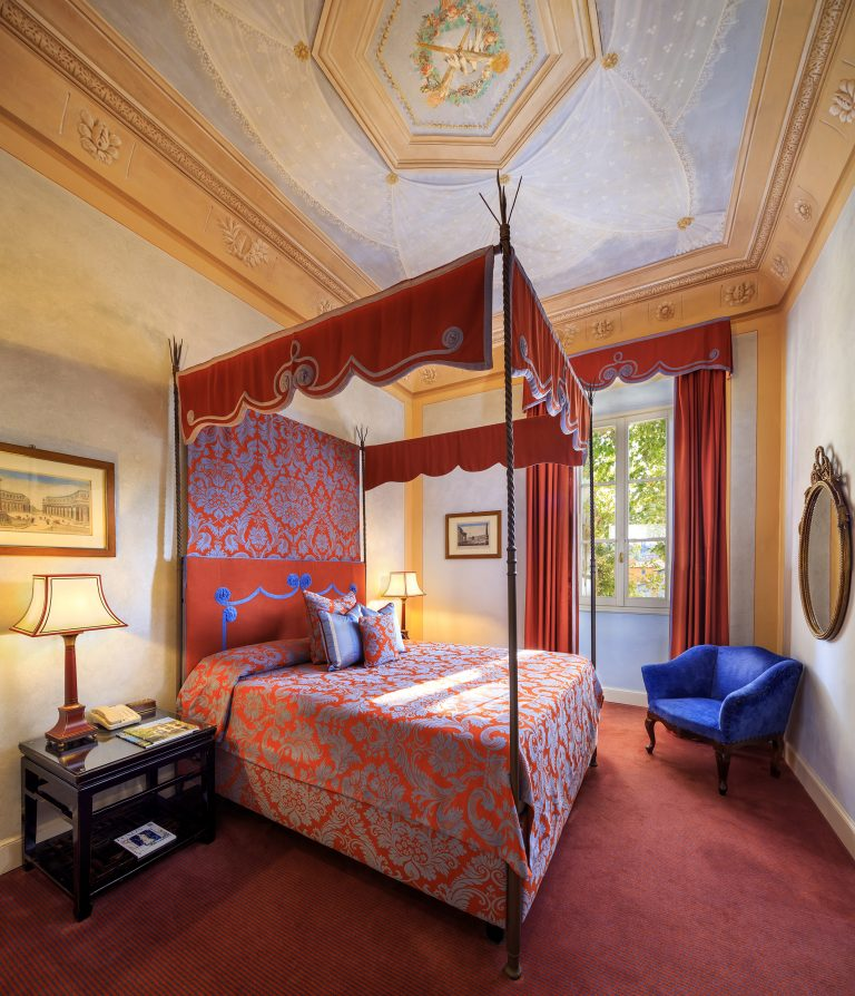 Villa La Massa Noble Villa - Suite Exclusive - bed and frescoed ceiling