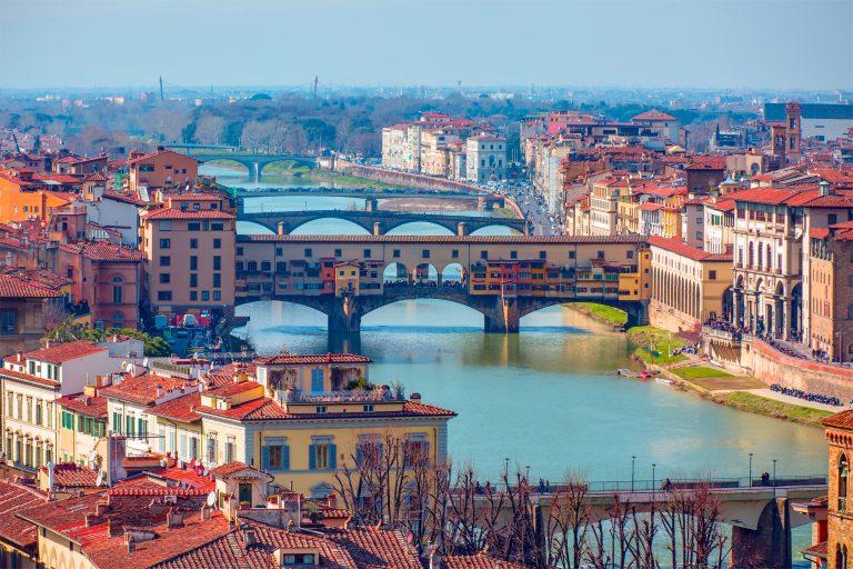 Ponte Vecchio sobre el río Arno en Florencia, Italia